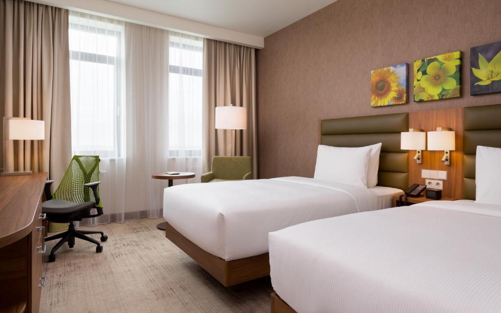 Кровать или кровати в номере Хилтон Гарден Инн Оренбург