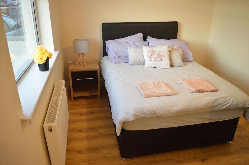 A bed or beds in a room at The Comfy Cottage