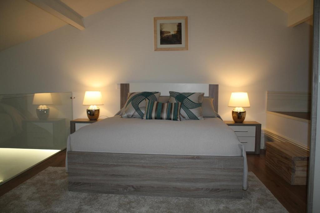Part of Porto (City Center)房間的床