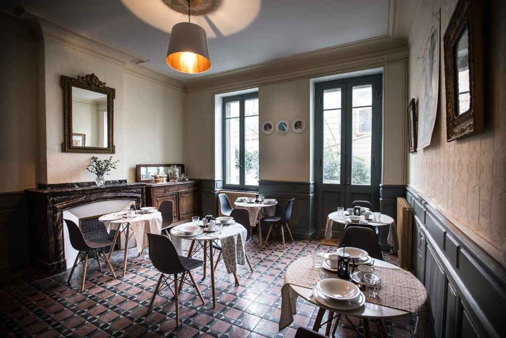 A restaurant or other place to eat at Carcassonne Townhouse