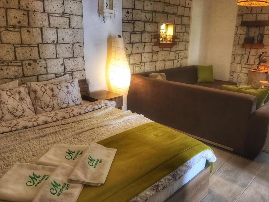 A bed or beds in a room at Maydonoz Hotel by Zevkliler (Alacati)