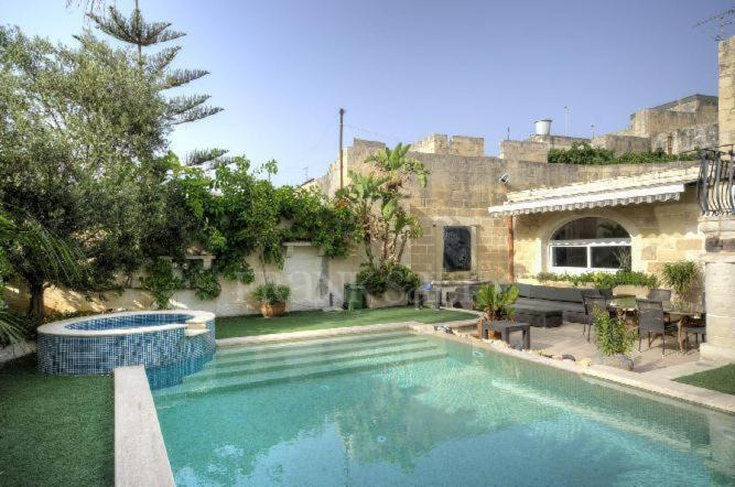 Piscine de l'établissement 300 Year Old Expertly Converted Farmhouse with Pool ou située à proximité