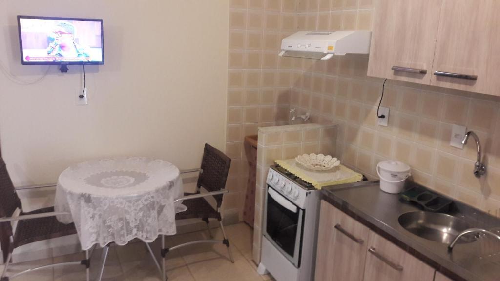 Una cocina o zona de cocina en kitinete Canasvieiras