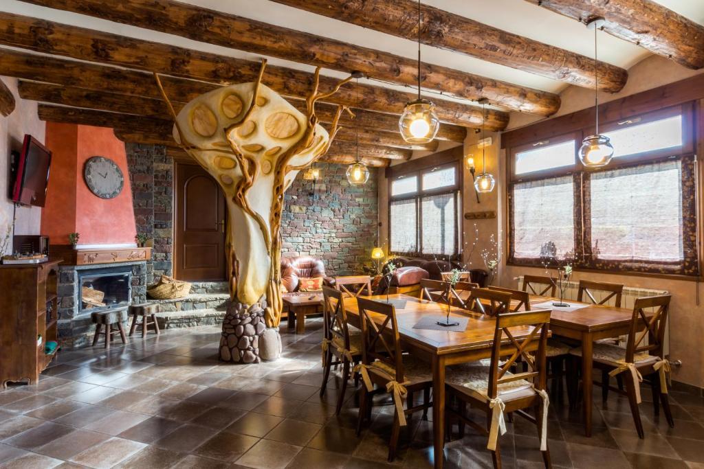 Un restaurante o sitio para comer en Hotel Flor De Neu