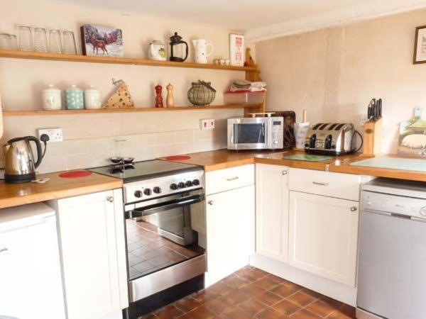 A kitchen or kitchenette at Deer Farm Cottage