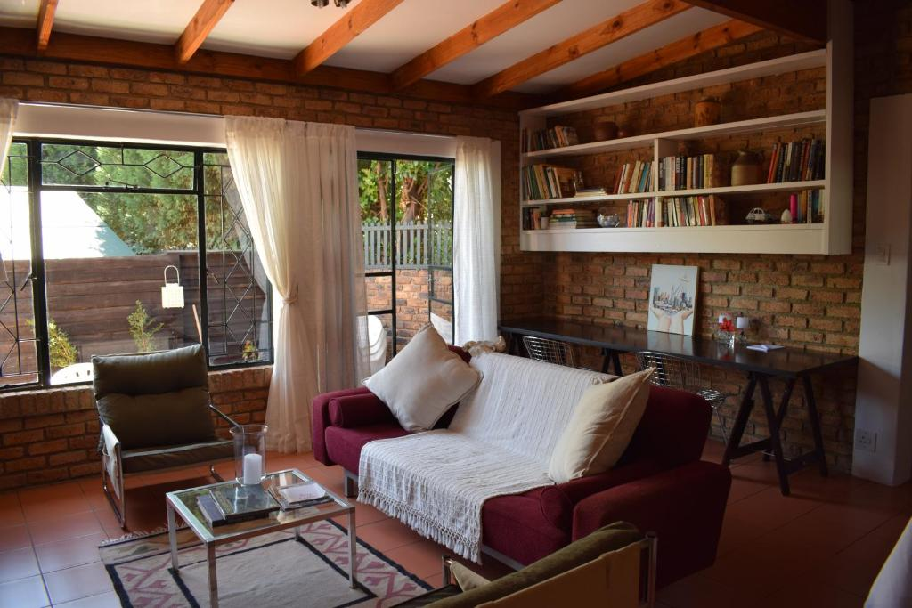 A seating area at Spacious cottage in Parkhurst