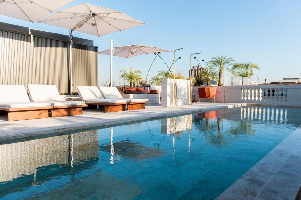 Der Swimmingpool an oder in der Nähe von Almanac Barcelona