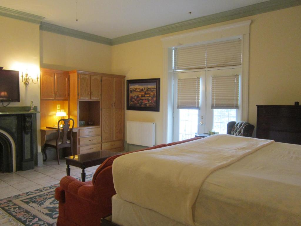 A bed or beds in a room at Chipman Hill Suites - Senator Dever House