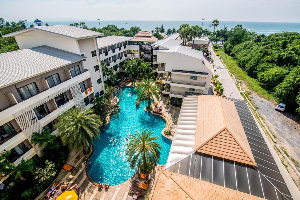 Вид на бассейн в Sea Breeze Jomtien Resort или окрестностях