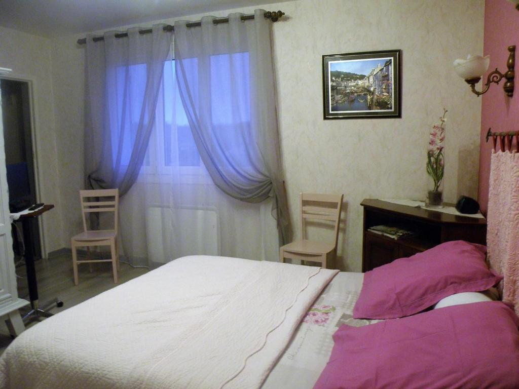 A bed or beds in a room at Chambres d'Hotes Le Pavillon du Charme