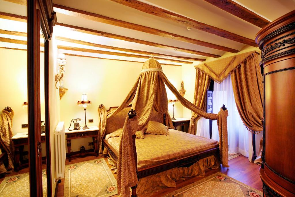A bed or beds in a room at Hotel Boutique Real Casona De Las Amas