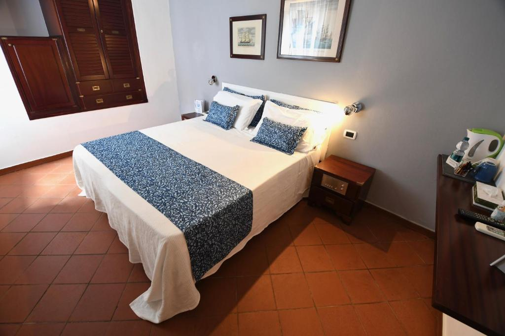 A bed or beds in a room at Il Saracino Hotel