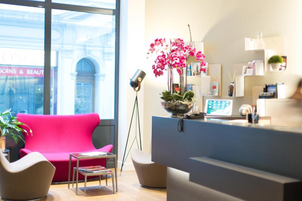 The lobby or reception area at Hôtel des Voyageurs Boutique