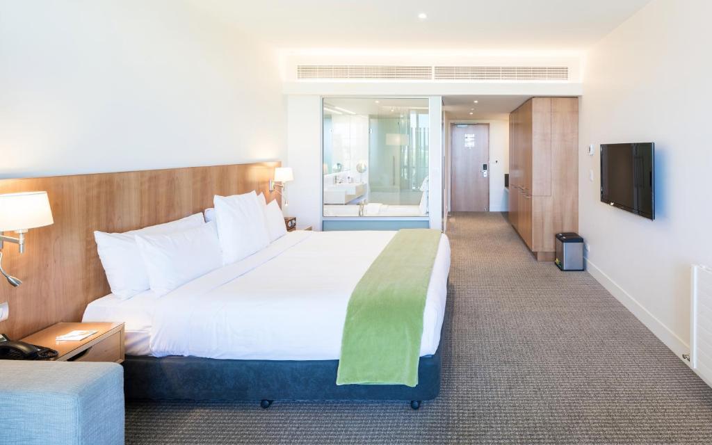 מיטה או מיטות בחדר ב-Commodore Airport Hotel Christchurch