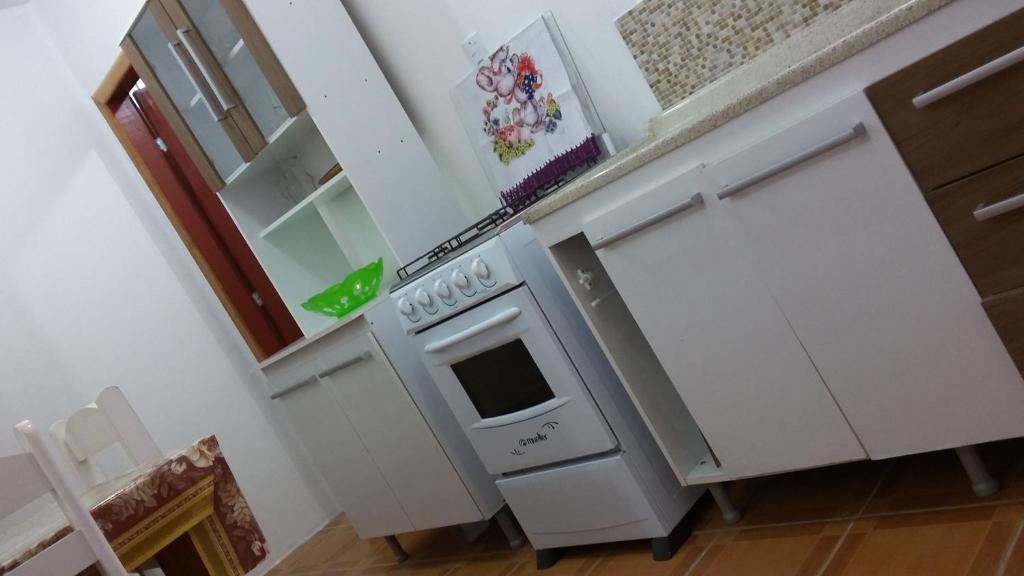 A kitchen or kitchenette at Casa para Verão em Torres