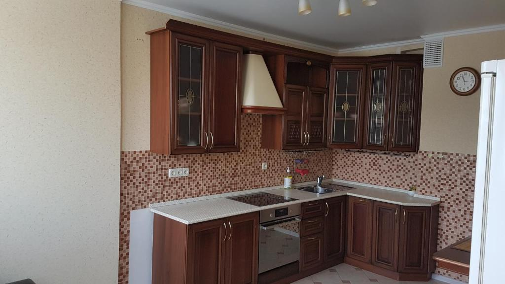 Кухня или мини-кухня в Apartments Avrora, Gagarina 75