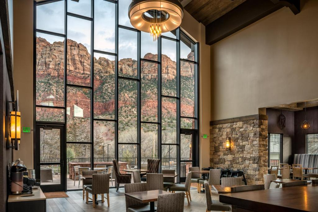 A restaurant or other place to eat at SpringHill Suites by Marriott Springdale Zion National Park