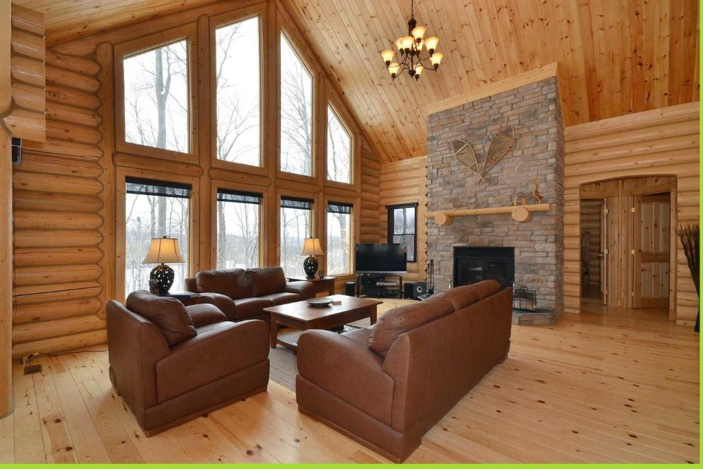 A seating area at Chalet Charmwood