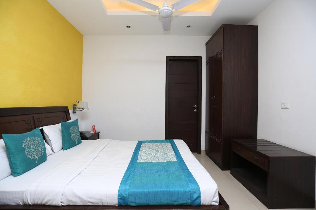 A bed or beds in a room at OYO 10582 Cyber City