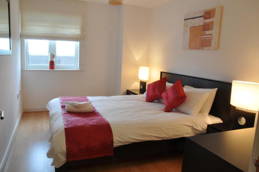 Кровать или кровати в номере Flexi-Lets@Park Heights, Woking