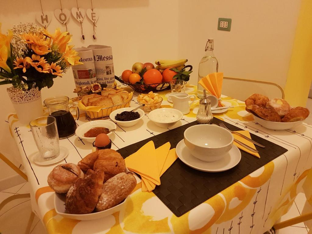 Breakfast options available to guests at Bed & Breakfast la Rosa dei Venti cinecittà