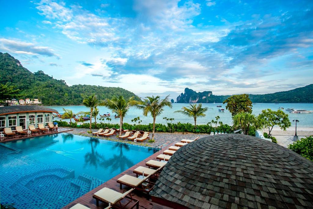בריכת השחייה שנמצאת ב-Phi Phi Harbour View Hotel או באזור