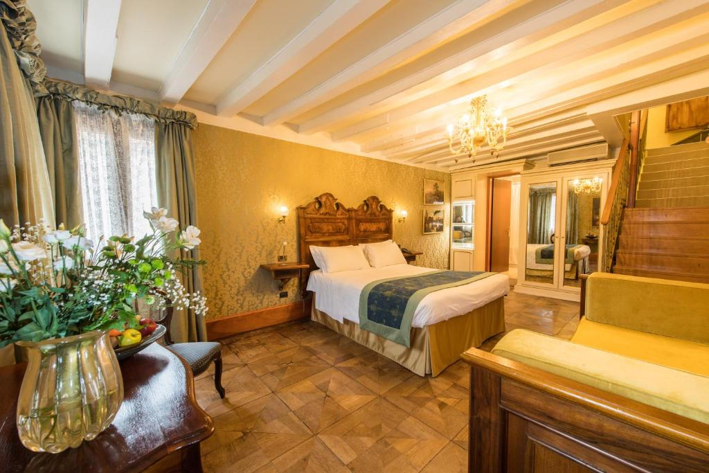 A bed or beds in a room at Hotel Casa Nicolò Priuli