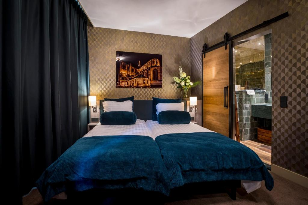 A bed or beds in a room at Slapen bij hofman