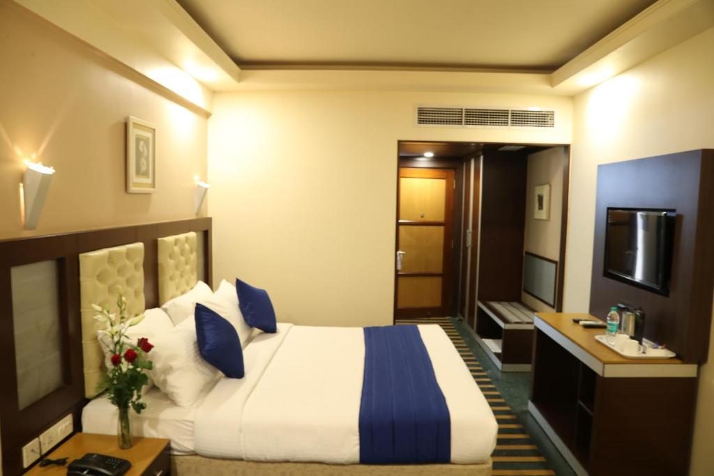 Cama ou camas em um quarto em Dr. Rajkumar International