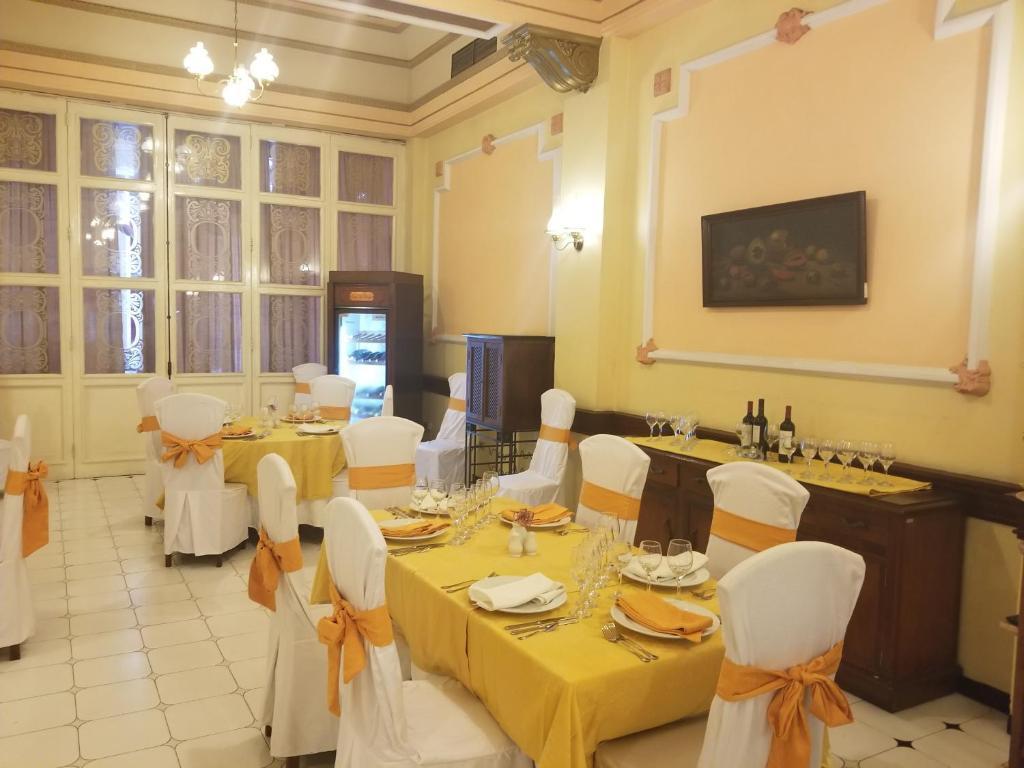 Un restaurante o sitio para comer en Hotel Plaza