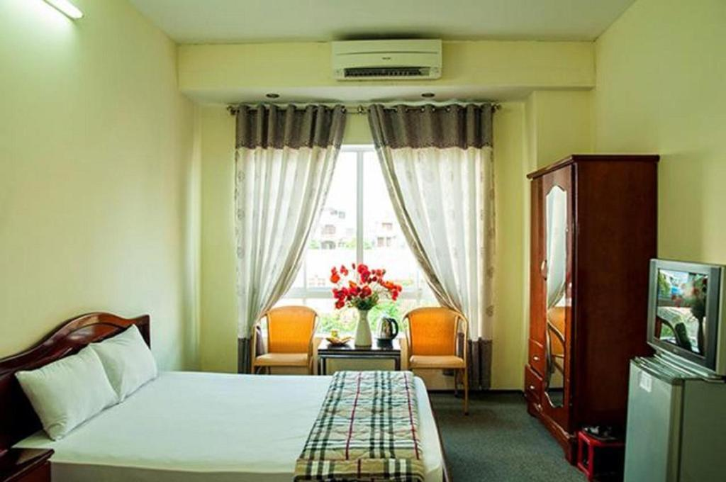 A bed or beds in a room at Ngoc Binh Hotel