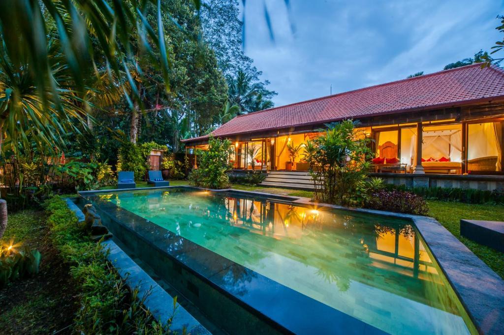 A piscina localizada em Villa Aashaya Ubud ou nos arredores