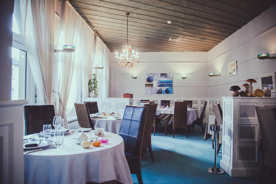 Restaurant ou autre lieu de restauration dans l'établissement Hôtel Logis Le Bourbon