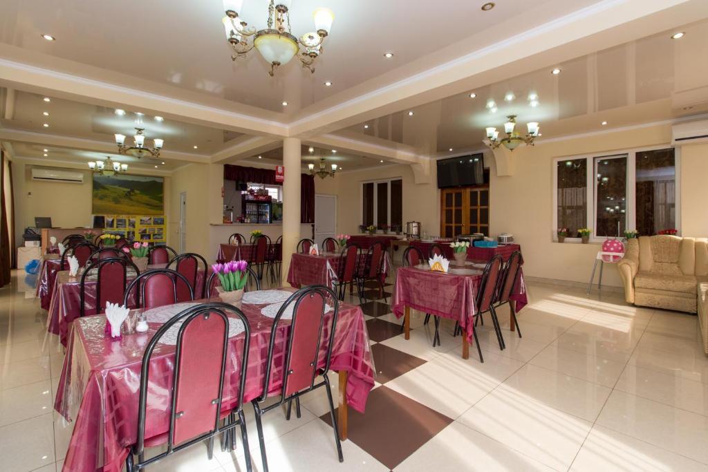 A restaurant or other place to eat at Hotel Idiliya