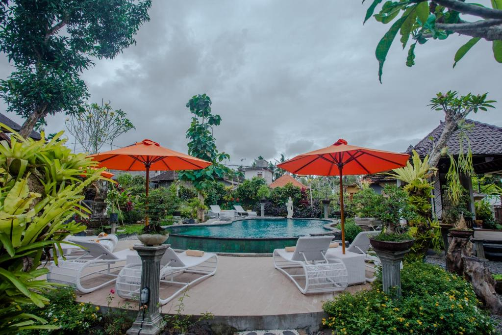 The swimming pool at or close to Capung Cottages