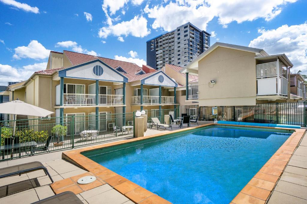 The swimming pool at or near Toowong Inn & Suites