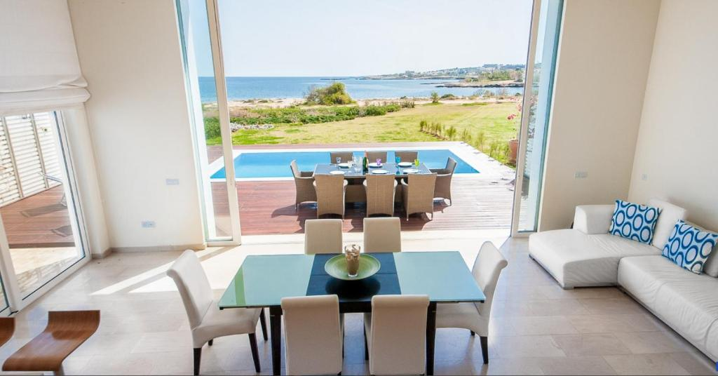 A seating area at Luxury Bay View Villa 20 Right On Τhe Beach