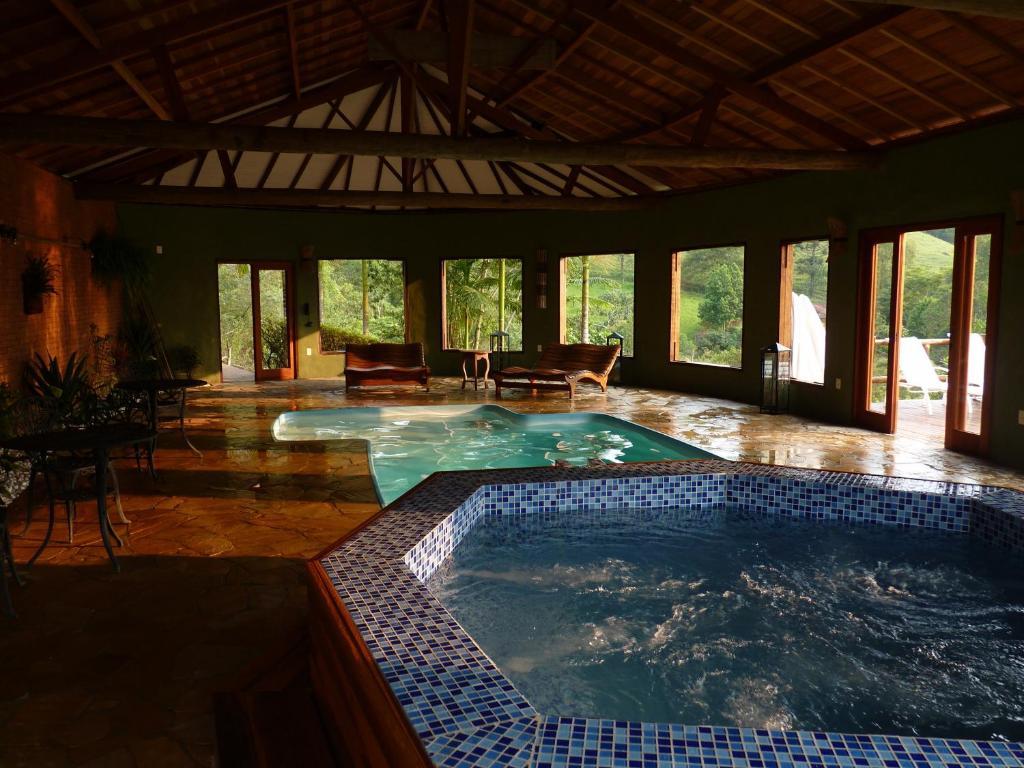 A piscina localizada em Pousada Serra do Luar ou nos arredores