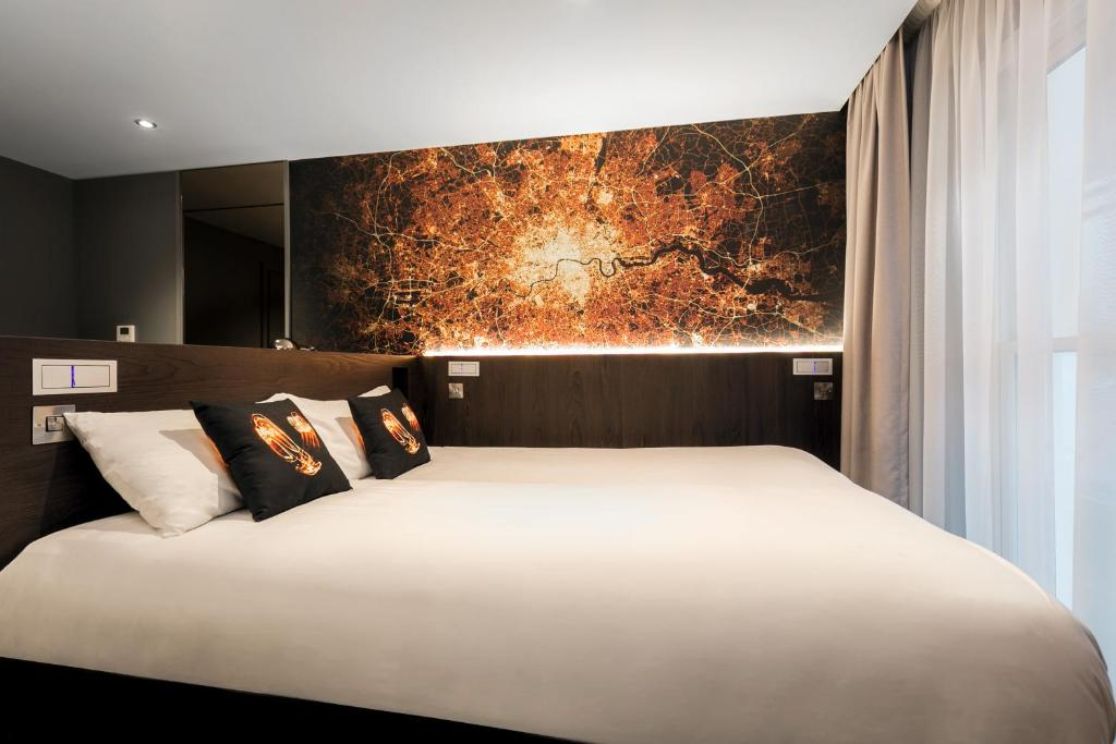 A bed or beds in a room at Heeton Concept Hotel – Luma Hammersmith