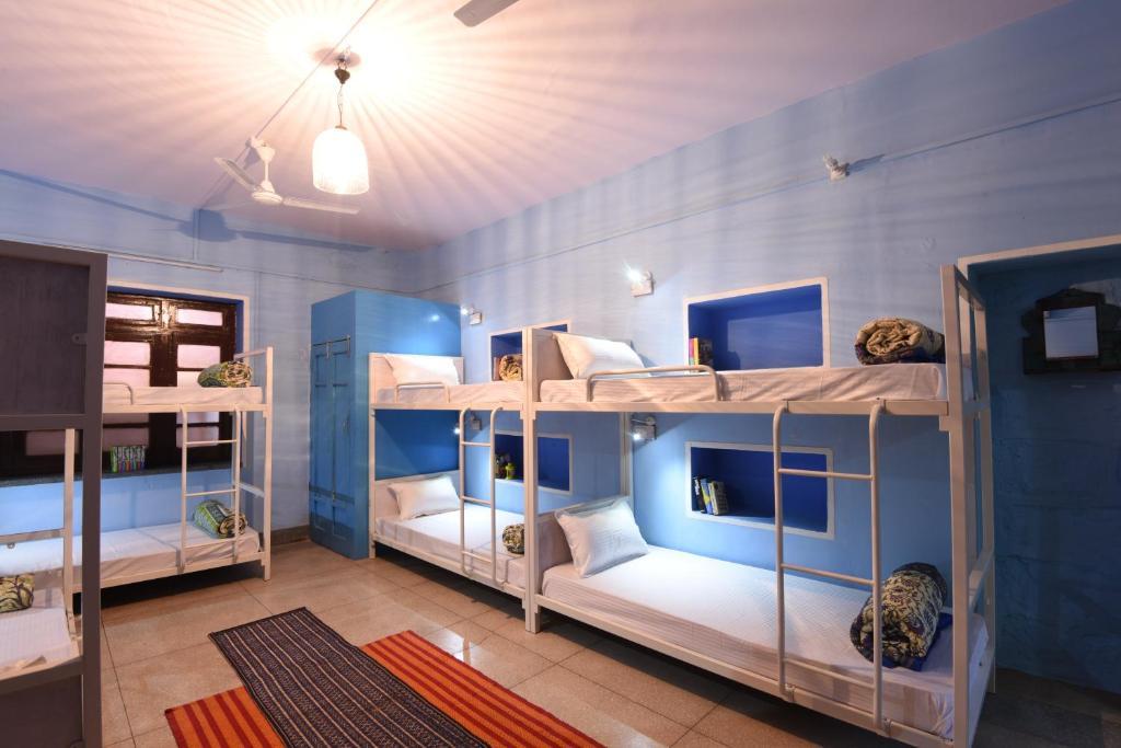 מיטה או מיטות קומותיים בחדר ב-Hostel Raahi