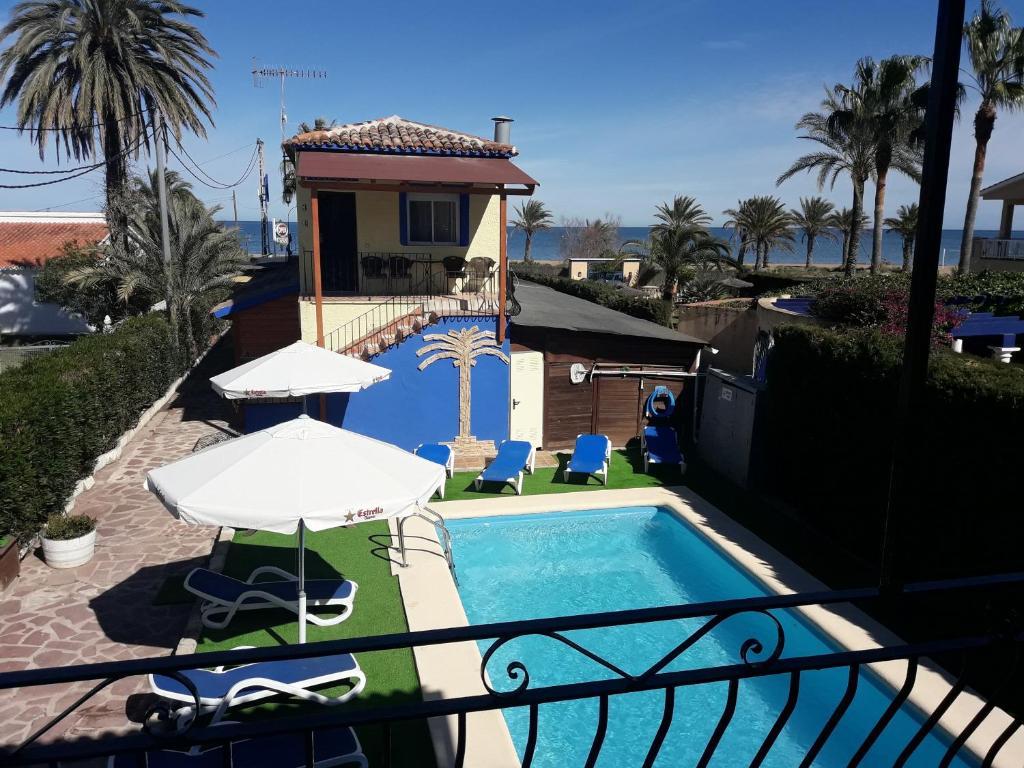 Výhled na bazén z ubytování Hostal Oasis nebo okolí