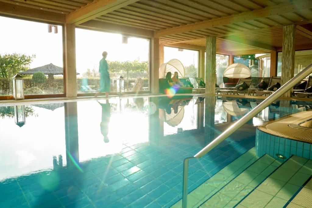 Het zwembad bij of vlak bij Freund Das Hotel & SPA-Resort