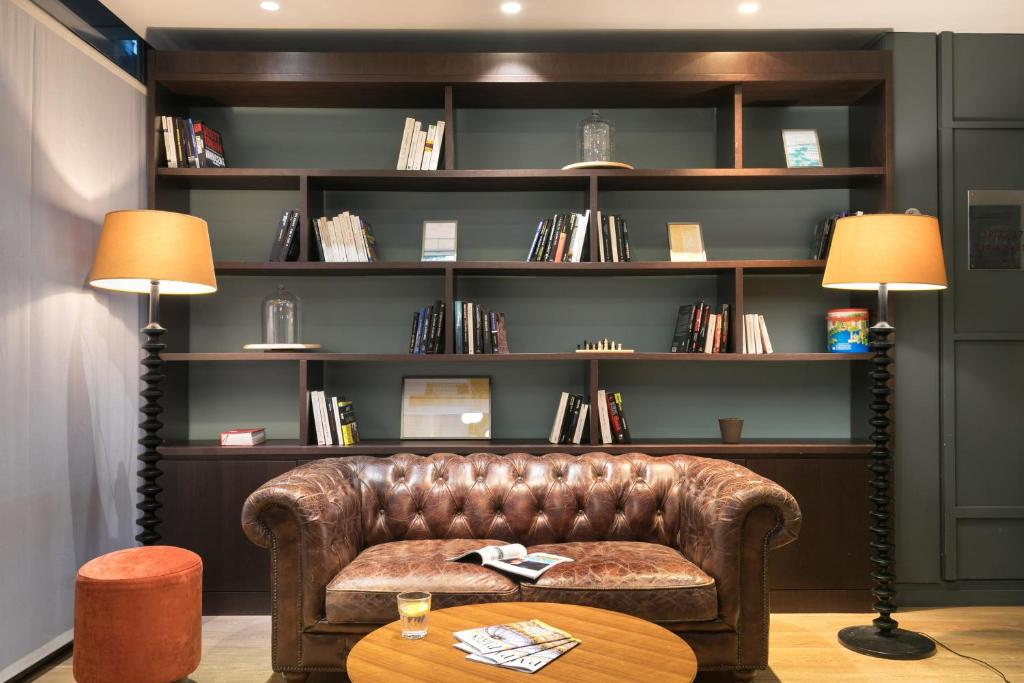 A seating area at Quality Hotel & Suites Bercy Bibliothèque by HappyCulture
