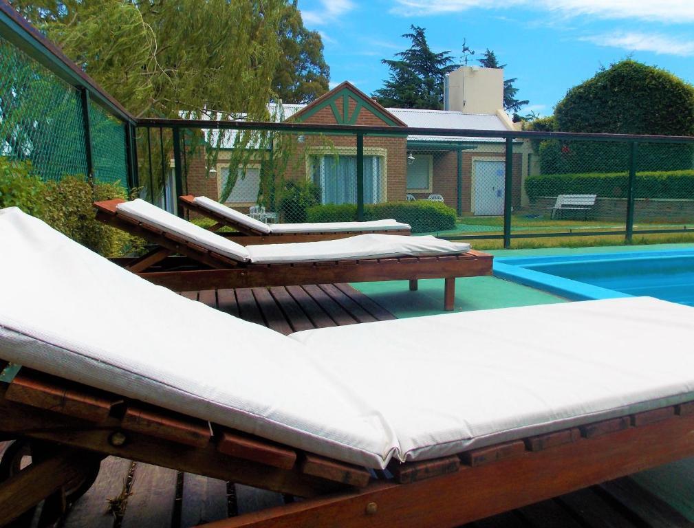 The swimming pool at or near Cabañas La Felicidad