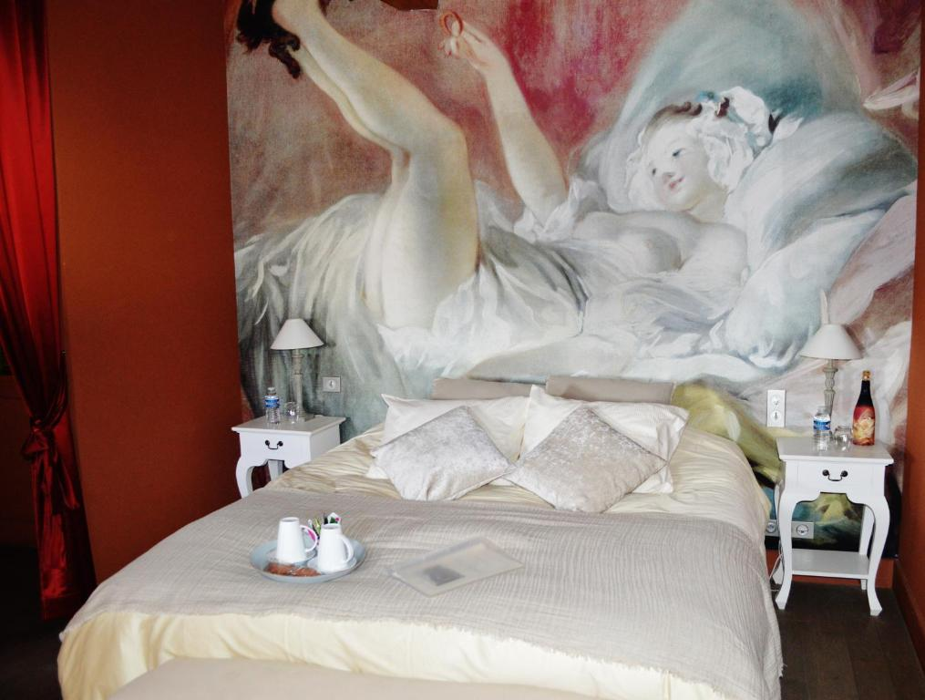 A bed or beds in a room at Le Clos Margot