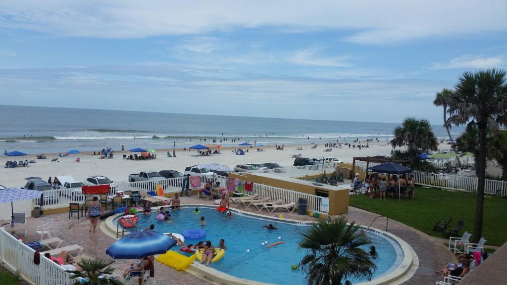 A view of the pool at Driftwood Beach Motel or nearby