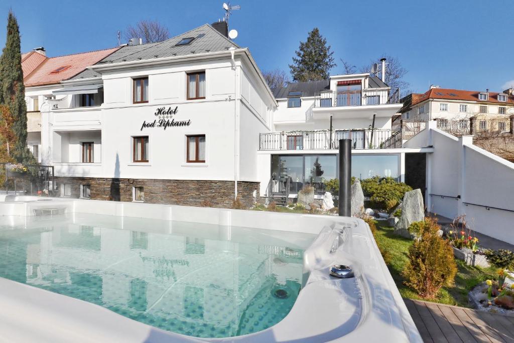 Der Swimmingpool an oder in der Nähe von Wellness & SPA boutique Hotel pod lipkami Prague