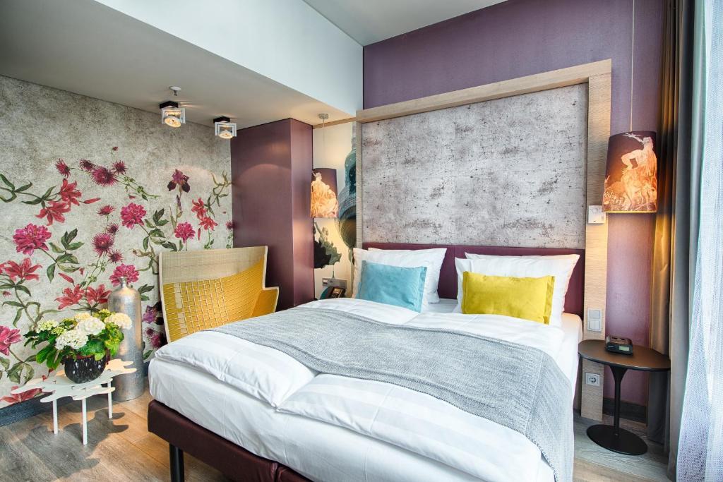 מיטה או מיטות בחדר ב-Hotel Indigo Berlin-Alexanderplatz