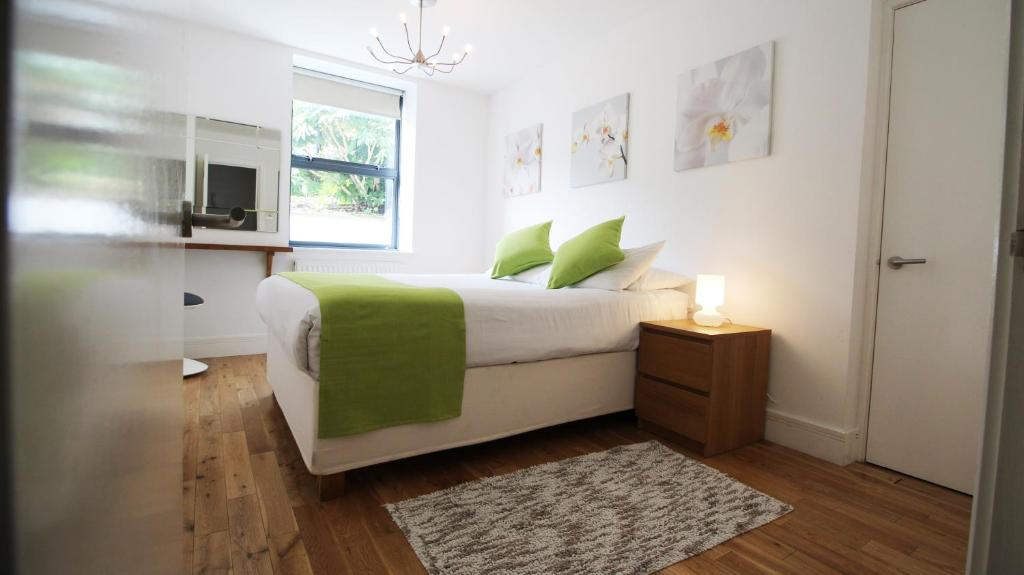 A bed or beds in a room at Flexistay Croydon Apartments