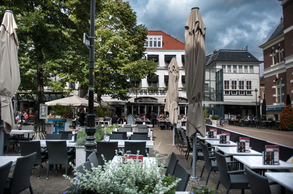 A restaurant or other place to eat at Hotel et le Cafe de Paris